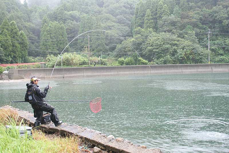 ジャパンカップクロダイ 竿を曲げる内海