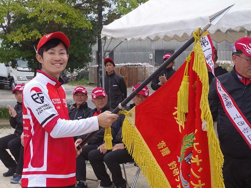 優勝した野口真平さんと優勝旗
