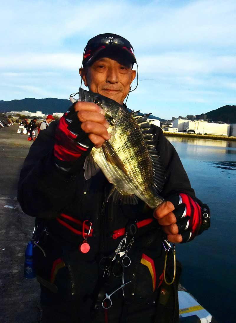 草津漁港沖のチヌを持つ人