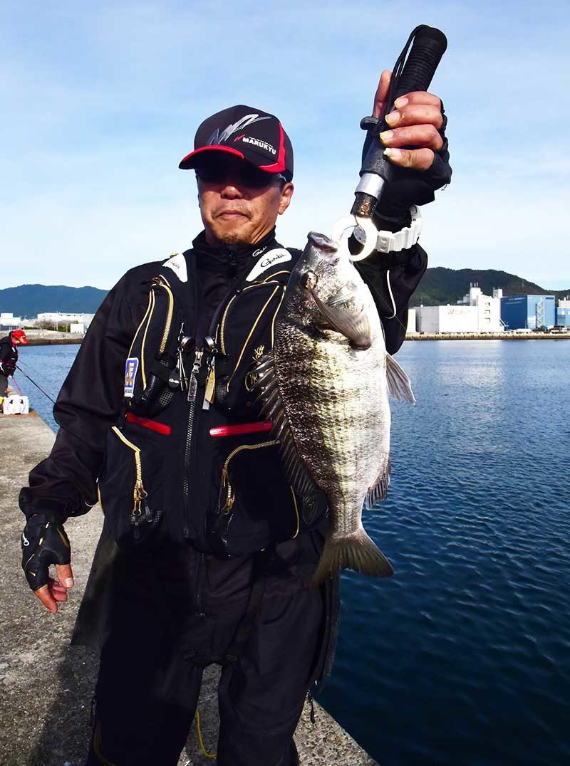 草津漁港で釣ったチヌを持つ